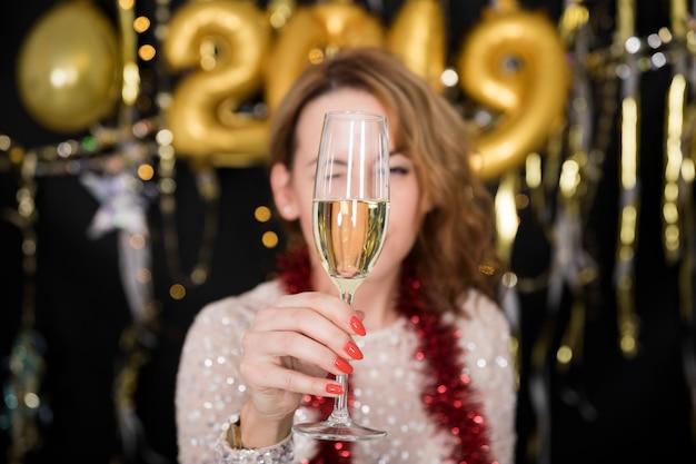 Fille avec du champagne à la fête du nouvel an Photo gratuit