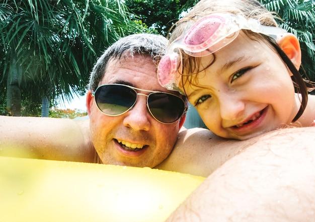Fille du père caucasien, appréciant l'heure d'été ensemble Photo Premium