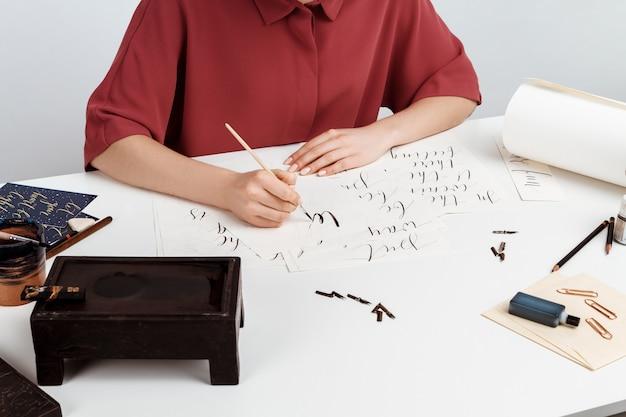 Fille écrit La Calligraphie Sur Les Cartes Postales. Conception D'art. Au Dessus De. Photo gratuit