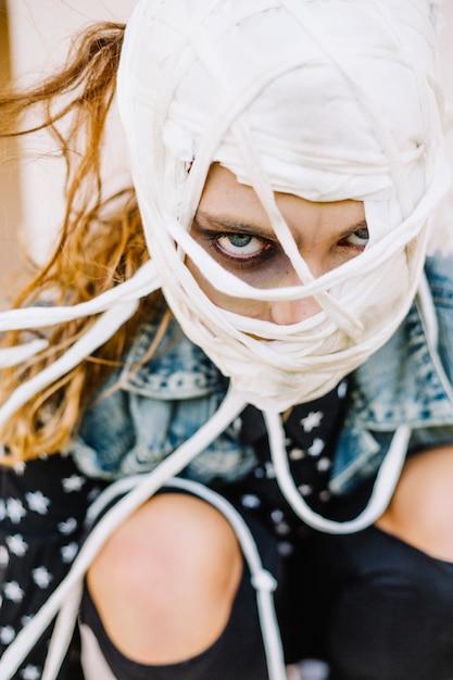Fille effrayante avec un visage bandé Photo gratuit