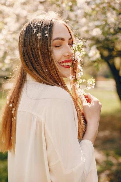Fille élégante dans un parc de printemps Photo gratuit