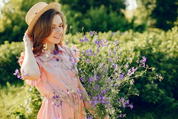 Fille élégante et élégante dans un champ d'été Photo gratuit