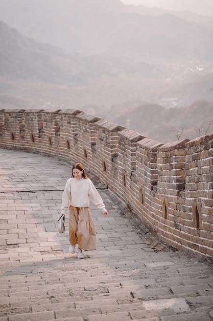 Fille élégante Visitant La Grande Muraille De Chine Près De Pékin Au Cours De L'automne Photo gratuit