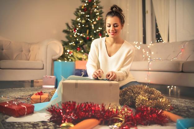 Fille Emballant Des Cadeaux De Noël Photo Premium