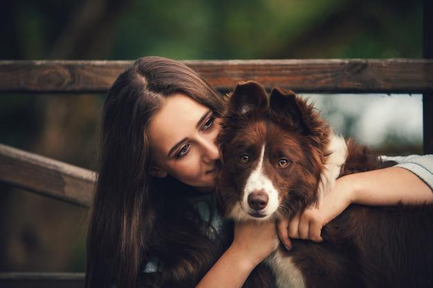Fille embrassant un chien Photo Premium