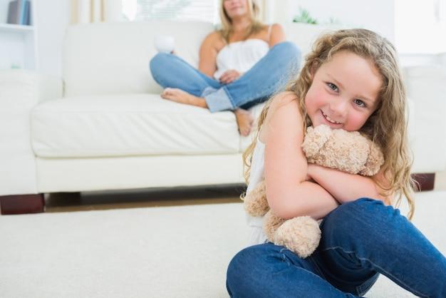 Fille embrassant son ours en peluche Photo Premium