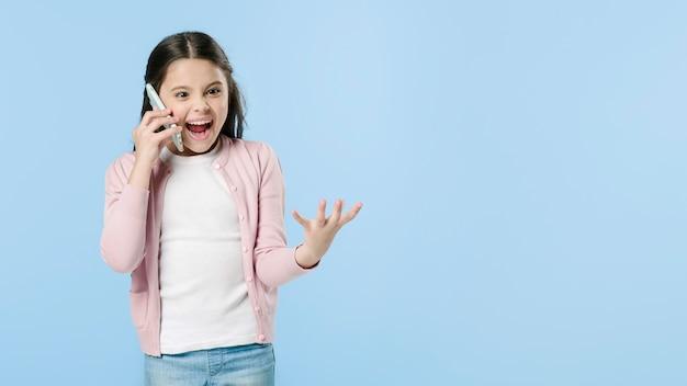 Fille émotionnellement parlant au téléphone en studio Photo gratuit