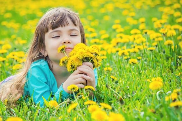 Fille, Enfant, Fleurs Au Printemps Joue. Photo Premium