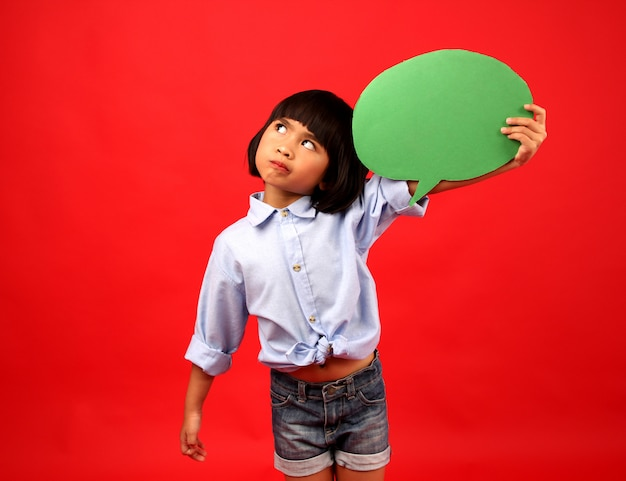 Fille enfant pense en studio. Photo Premium