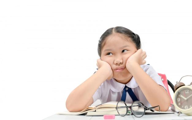 Fille ennuyée et fatiguée à faire ses devoirs Photo Premium