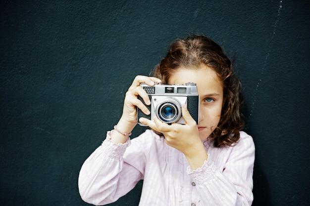 Fille Espagnole Aux Cheveux Bruns Et Aux Yeux Bleus En Prenant Une Photo Photo Premium