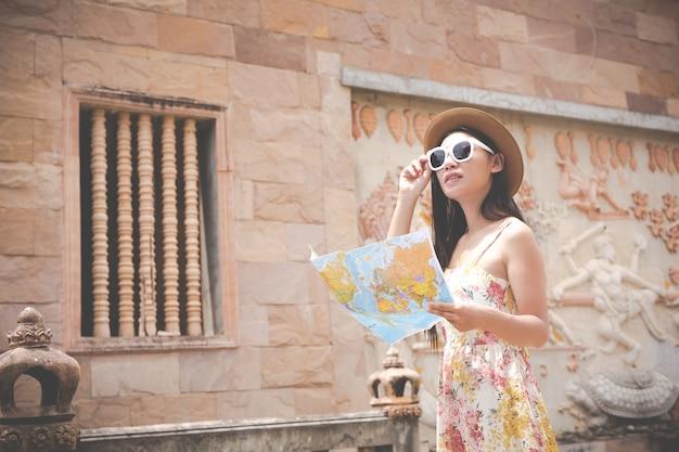 Fille est titulaire d'une carte touristique dans la vieille ville. Photo gratuit