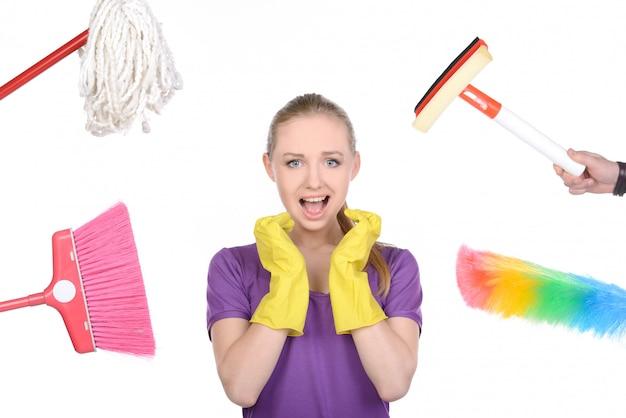 La fille était entourée d'appareils ménagers pour nettoyer la maison. Photo Premium