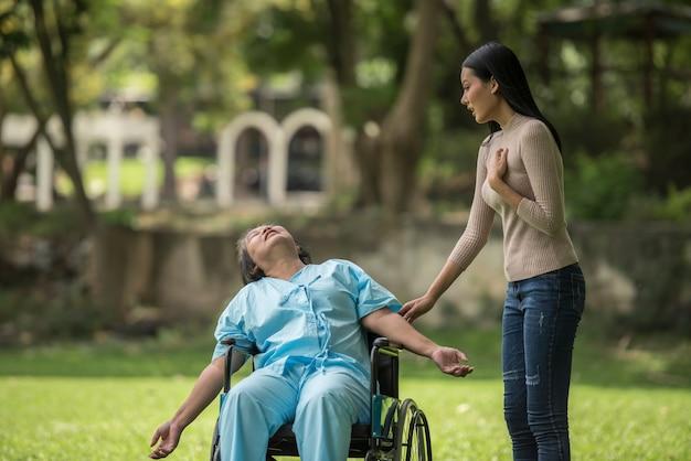 La fille a été choquée de voir le choc sur sa mère assise sur un fauteuil roulant. Photo gratuit