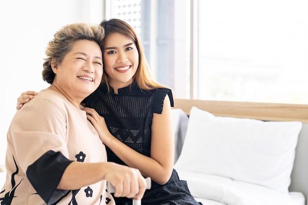Fille étreindre Mère âgée Photo Premium