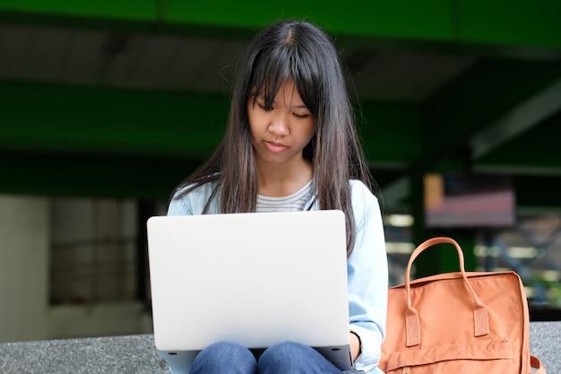 Fille étudiante à l'aide d'un ordinateur portable, éducation en ligne, concept d'apprentissage adulte Photo Premium