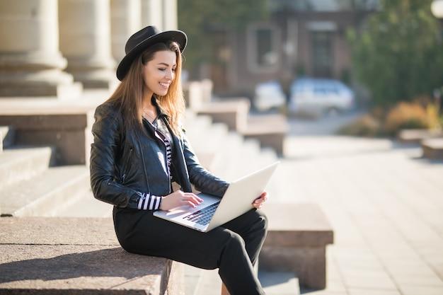 Fille étudiante Belle Jeune Femme D'affaires Travaille Avec Son Ordinateur Portable De Marque Photo gratuit