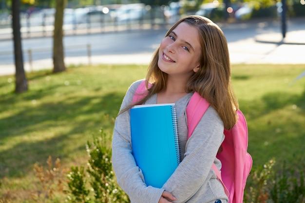 Fille étudiante blonde dans la ville Photo Premium