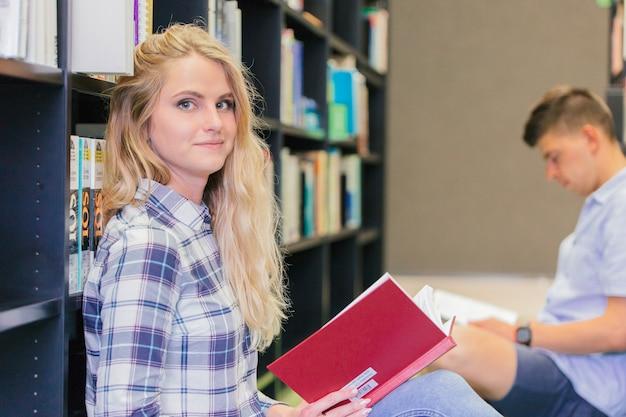 Fille étudiante College Dans La Bibliothèque Photo gratuit