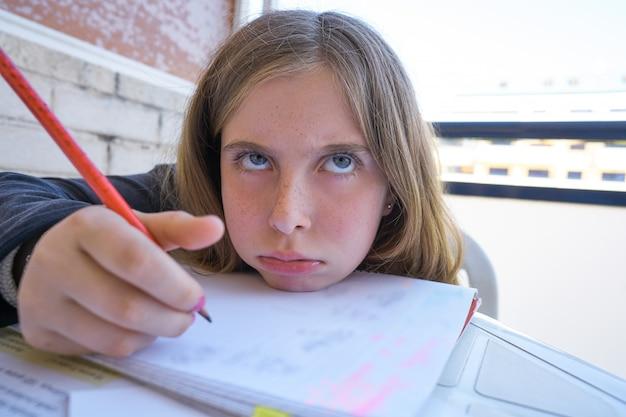 Fille étudiante s'ennuie faire ses devoirs Photo Premium