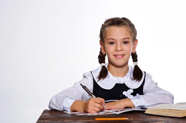 Fille étudiante Sexy Lisant Un Livre, Fond Blanc. Photo Premium