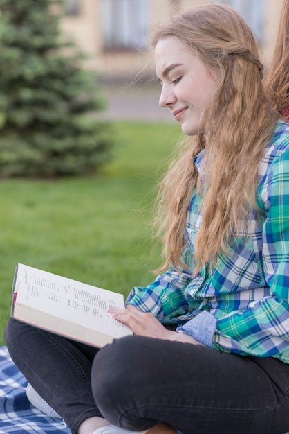 Fille, étudier, dehors, sur, pique-nique, couverture Photo gratuit