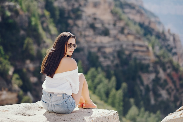 Fille explorant le grand canyon en arizona Photo gratuit