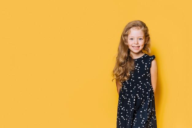 Fille avec expression heureuse Photo gratuit