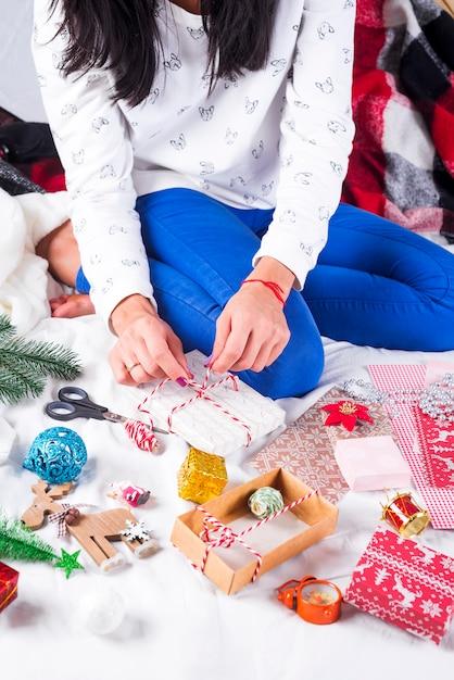 Fille faisant des cartes de noël et des décorations pour la famille et l'arbre de noël. célébrations, fête d'anniversaire, cadeaux, Photo Premium
