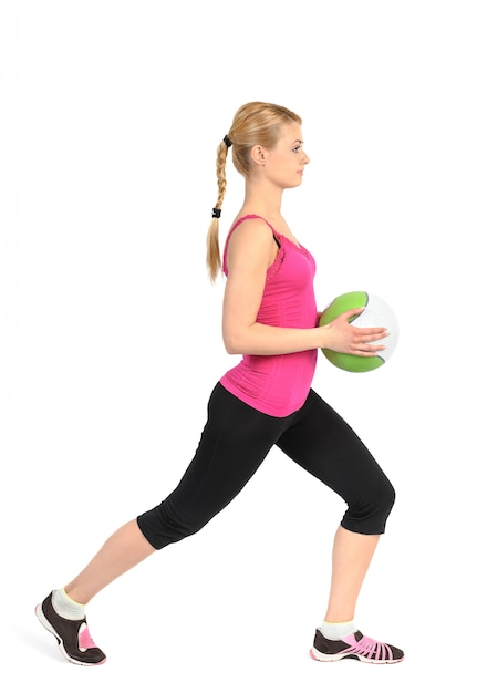 Fille faisant des exercices de fentes avec ballon de médecine Photo Premium