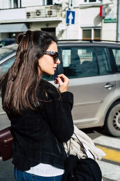 La fille fait du shopping Photo gratuit