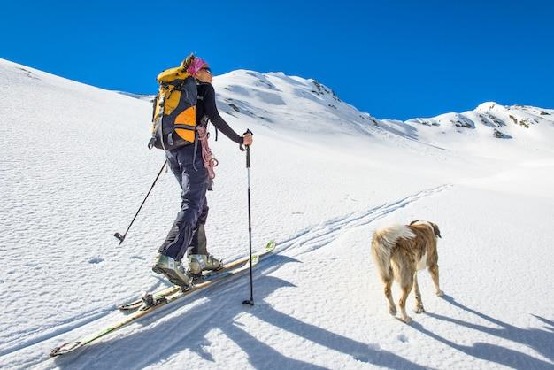 Fille Fait Du Ski Alpinisme Avec Chien. Photo Premium