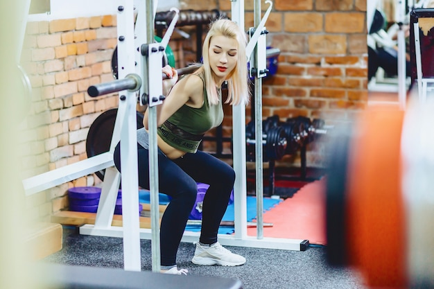 Fille fait des squats en simulateur Photo Premium