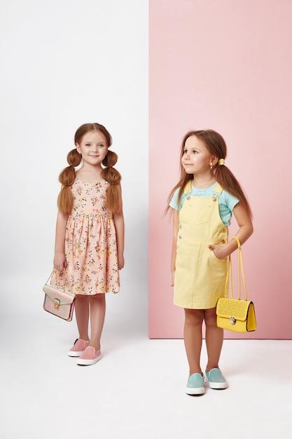 Fille Fashion Dans Des Vêtements élégants Sur Un Mur De Couleur Photo Premium