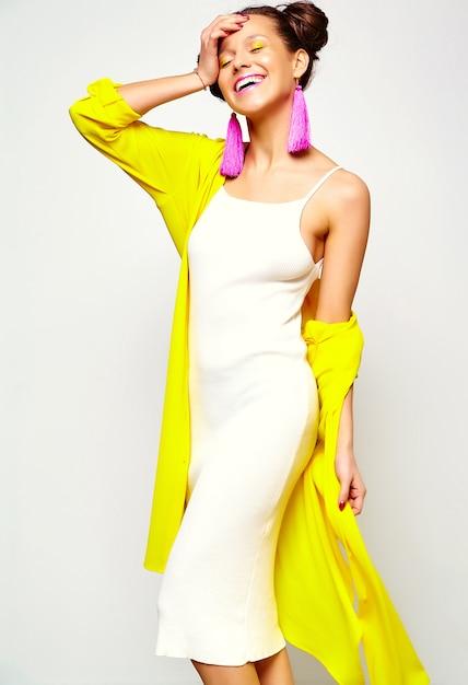 Fille Fashion Dans Des Vêtements D'été Décontractés Photo gratuit