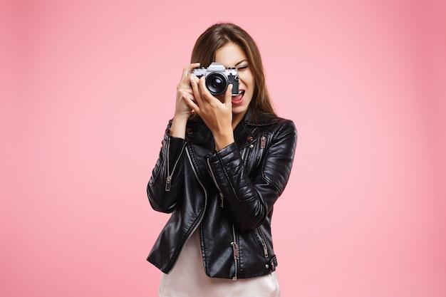 Fille Fashion En Veste De Cuir Noir Tenant Le Vieil Appareil Photo Photo gratuit