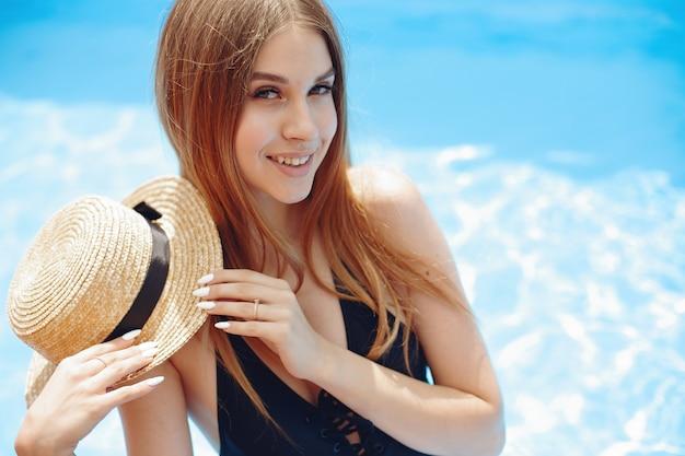 Fille à la fête de l'été dans la piscine Photo gratuit