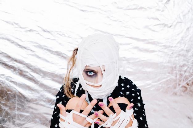 Fille folle avec la tête et les mains bandées Photo gratuit