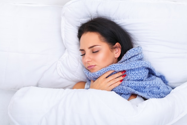 Fille avec froid couché sous une couverture Photo Premium