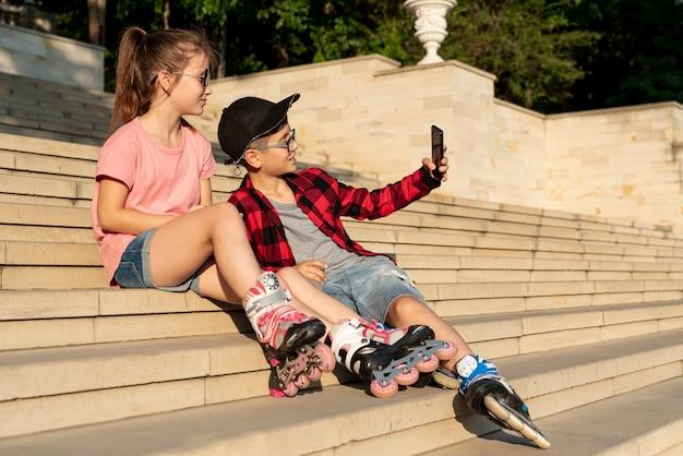 Fille et garçon prenant un selfie Photo gratuit