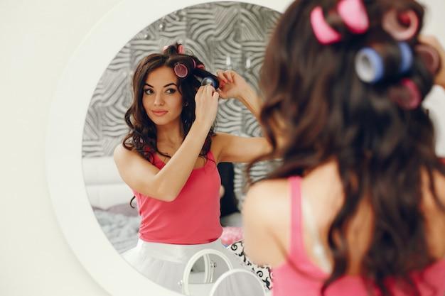 Fille glamour près de miroir Photo gratuit