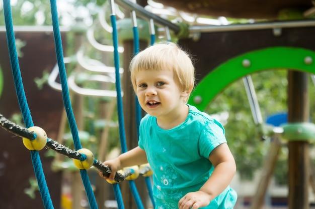 Fille grimper les cordes de défi net Photo gratuit