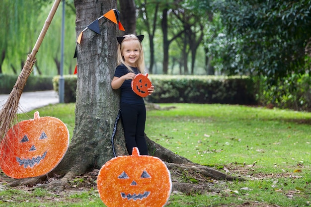 Fille d'halloween en plein air Photo Premium
