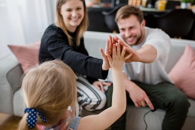 Fille Haute-fiving Avec Les Parents Photo gratuit