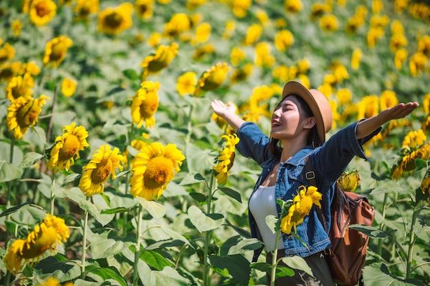 Fille heureuse dans le champ de tournesols. Photo gratuit