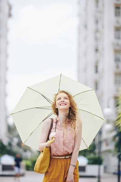 Fille Heureuse Marchant Avec Parapluie Photo Premium