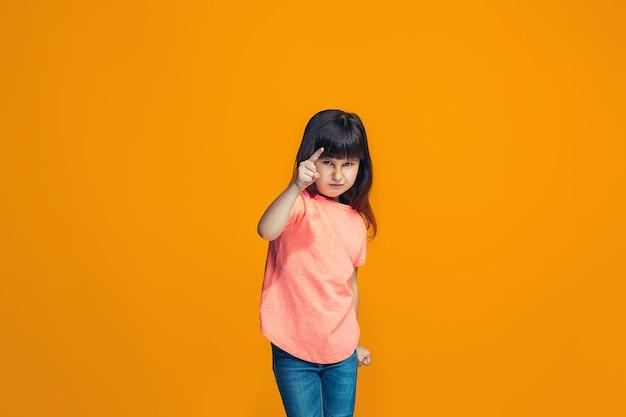 La Fille Heureuse Qui Te Montre Photo gratuit