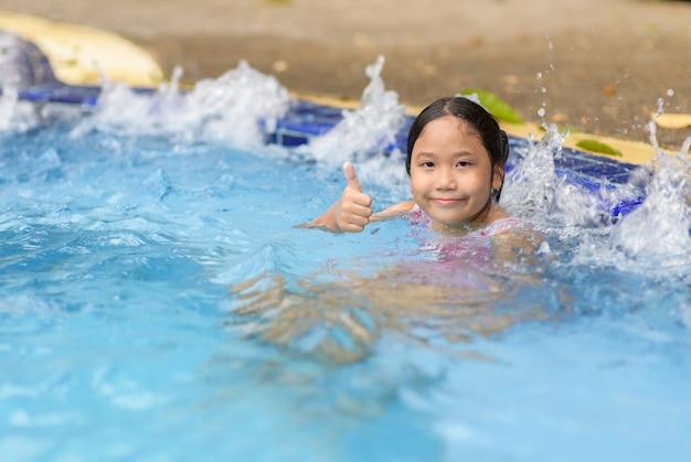 Fille heureuse relaxante en profitant d'un bain à remous Photo Premium