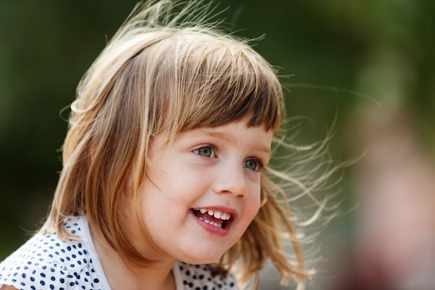 Fille heureuse Photo gratuit