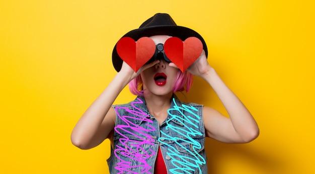 Fille hipster avec une coiffure rose avec des jumelles Photo Premium